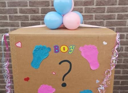 Gender reveal doos met ballonnen